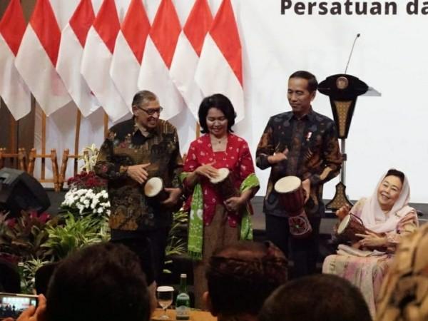 Prof. M. Quraish Shihab, Ibu Omi Komariah Masjid, Presiden Joko Widodo dan Ibu Shinta Nuriyah Wahid saat membuka acara Forum Titik Temu
